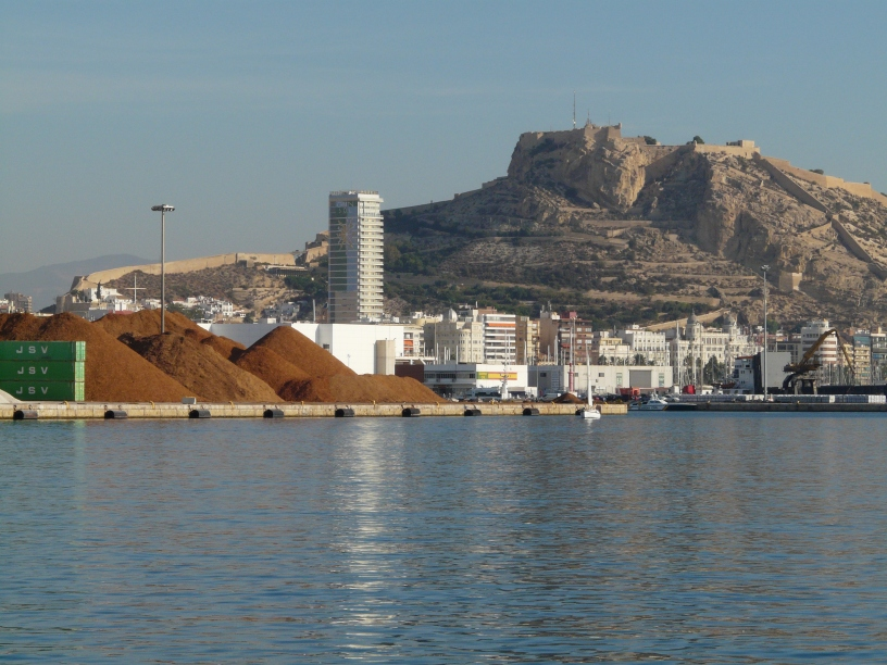 L'entrée du port avec le château d'Alicante