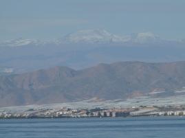 La Sierra Nevada enneigées en arrière plan.