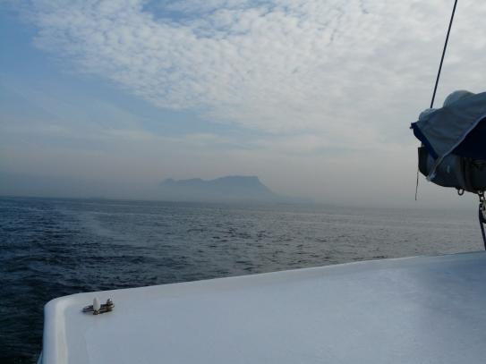 On s'éloigne du rocher de Gibraltar.