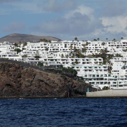 Entrée du port entre la digue et la falaise.