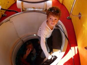 Descente dans le sous-marin.