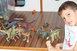 Théo a retrouvé ses dinosaures :-)
