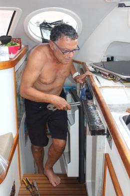 Le capitaine enlève le vieux frigo.