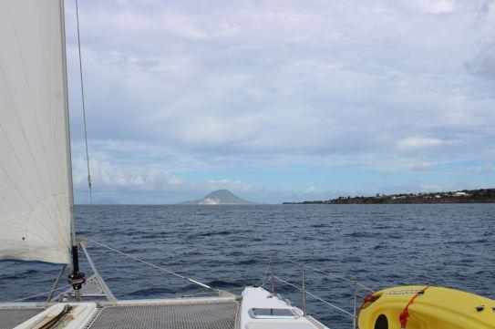 On longe St Kitts, au loin Statia.
