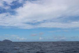 Statia à gauche et Saba au loin à droite.