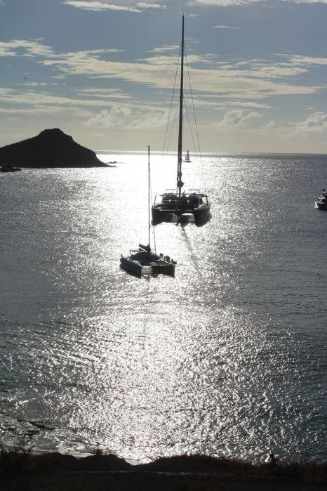 Derrière TEIVA, un catamaran de 40m... On parait tout petit !
