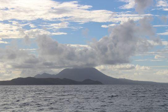 Au premier plan St Kitts, derrière Nevis.