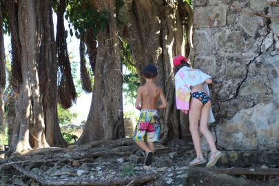 Théo et Justine, juste avant que Théo ne s'enfonce quatre épines de cactus de 10 cm de long dans le pied :-(
