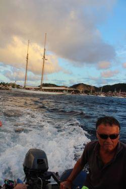 Est-ce le bateau du capitaine derrière lui ?!