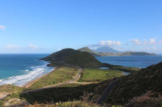 Pointe sud de St Kitts, à gauche l'océan atlantique, à droite la mer des caraïbes. Au fond, Nevis.