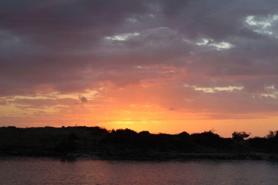 Levé de soleil derrière l'îlet Pinel.