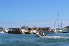 Gilbert et Isabelle devant un Lagoon 450 (comme VENT D'AILLEURS) dans un piteux état :-(