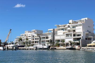 Des immeubles qui donnent dans Simpson Bay Lagoon.