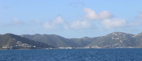 On quitte la baie de Road Harbour sur TORTOLA.