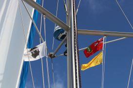 Face au drapeau Corse, celui des B.V.I et le drapeau jaune qui indique que l'on n'a pas encore effectuées les formalités.
