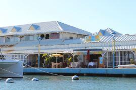 Seul restaurant ouvert dans la marina Port la Royale.