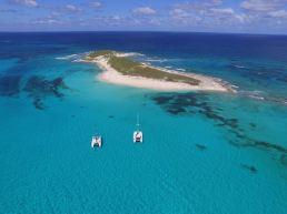 TEIVA (à gauche) et LOTUS (à droite) devant Gibb's Cay