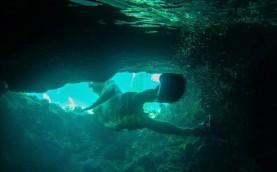 Passage en apnée pour sortir de la grotte.