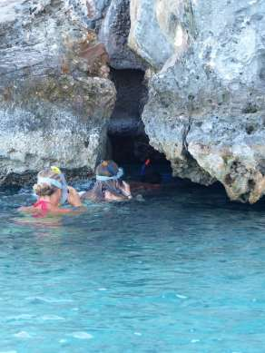Entrée de la grotte à la nage.
