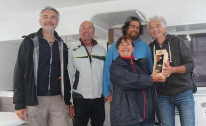 Remise de prix à l'équipage de VENT D'AILLEURS : Philippe, Denys, Romain et Gilbert.