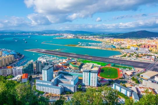 Au premier plan Gibraltar et derrière la piste d'atterrissage, l'Espagne.