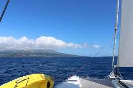 Devant nous l'île de Pico.