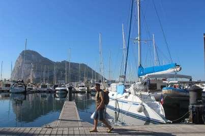 TEIVA au ponton, avec le rocher de Gibraltar en fond.