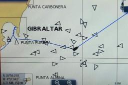 Slalom de nuit, entre les pétroliers, pour quitter Gibraltar.
